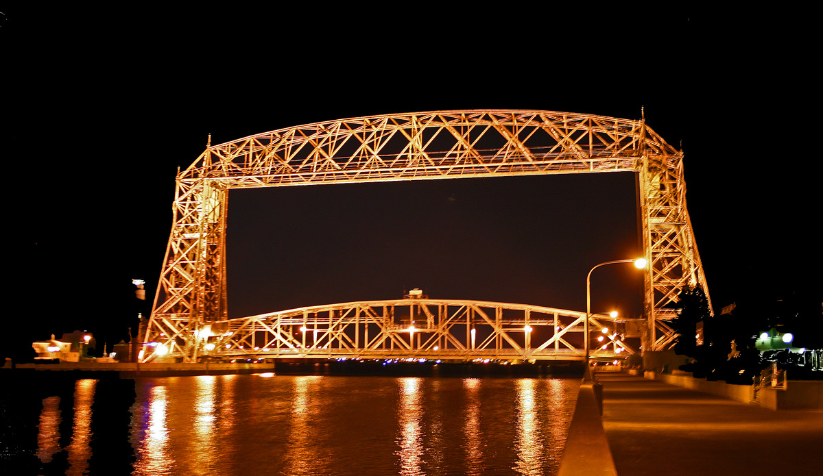 night view of the aerial lift birdge in duluth pluskwik paul