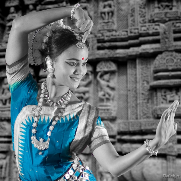 odissi pose showing the architecture of sun temple chakraborty debejyo